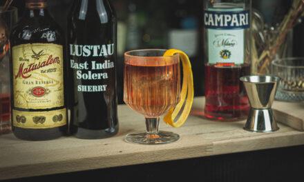 East India Negroni: Rum und Sherry im Negroni Twist